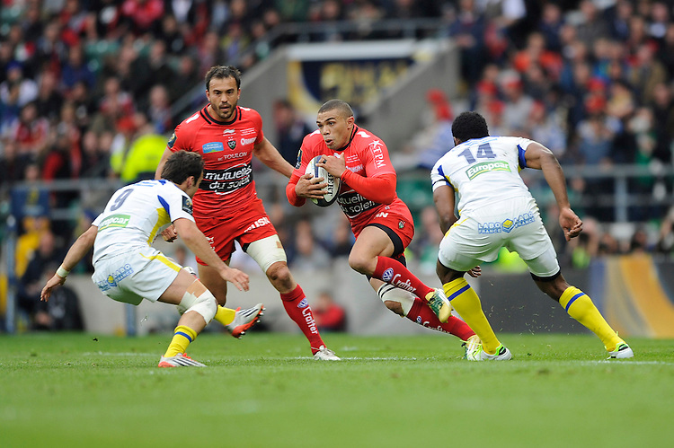 Bryan Habana of RC Toulon looks for space between Morgan Parra and Noa Nakaitaci of ASM Clermont Auvergne