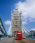 England, London: Doppeldecker auf der Tower Bridge | United Kingdom, London: Tower Bridge, double-decker bus
