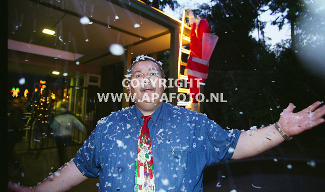 "apeldoorn 170999 christmas fair in park berg en bosch<br />koos hessink op een warme septemberavond in kerststemming in de ""sneeuw`"" foto frans ypma apa-foto"