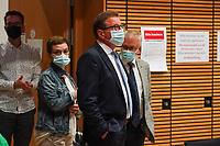 Direktkandidat Stefan Sauer (CDU) und seine Frau Roxana betreten den Saal - Gross-Gerau 26.09.2021: Ergebnisse Bundestagswahl im Kreistag