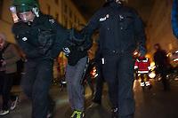 Protestdemonstration anlaesslich des Abbaus des Fluechtlingscamp auf dem Oranienplatz.<br /> Am Morgen des 8. April 2014 begannen in Berlin-Kreuzberg die Fluechtlinge mit dem Abbau des Camp auf dem Oranienplatz. Nach fast 2 Jahren Leben in Zelten und selbstgebauten Huetten wurde eine Loesung fuer die Unterbringung der Fluechtlinge gefunden. Jedoch koennen nicht alle Fluechtlinge vom Oranienplatz in die angebotene Unterkunft und stehen nun vor der Situation, keine Bleibe mehr zu haben. Sie weigerten sich Ihre Unterkuenfte abzureissen, so dass es zum Streit unter den Fluechtlingen kam - die angebotene Unterkunft kann erst bezogen werden, wenn alle Zelte und Huetten abgerissen sind.<br /> Die Stadtreinigung entsorgt die abgerissenen Zelte und Huetten.<br /> Die Polizei war bis in die Mittagsstunden nur in mit wenigen Zivilbeamten vor Ort. Als eine Baufirma auf Anweisung des Bezirks anfing den Oranienplatz und die letzten darauf befindlichen Zelte und Menschen einzuzaeunen, enfernten die Menschen den Zaun und unterbanden diese Aktion. Daraufhin sperrte die Polizei binnen 3 Minuten mehrere Einsatzhundertschaften den Oranienplatz komplett ab. Es befanden sich zu diesem Zeitpunkt nur noch etwa 100 Menschen dort. Sie versuchten mit einer Sitzblockade gegen die angekuendigte polizeiliche Rauemung zu verhindern, wurden jedoch z.T mit Gewalt vom Platz verbracht. Einige wenige Menschen fluechteten auf einen Baum und weigerten sich herunter zu kommen.<br /> Der Platz wurde sofort nach der Raeumung erneut eingezaeunt.<br /> In den Abendstunden versammelten sich ca. 1.200 Menschen zu einer Protestdemonstration bei der es zu Rangeleien mit der Polizei kam. Mehere Personen wurden festgenommen, darunter auch ein Pressefotograf.<br /> Im Bild: Ein Anwohner, der durch Zufall in eine Polizeiabsperrung geraten ist, wird festgenommen.<br /> 8.4.2014, Berlin<br /> Copyright: Christian-Ditsch.de