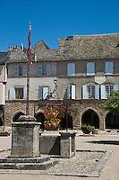 Europe/France/Midi-Pyrénées/12/Aveyron/Sauveterre-de-Rouergue: la place centrale de la bastide  bordée de couverts sur arcades<br /> Plus beaux Villages de France