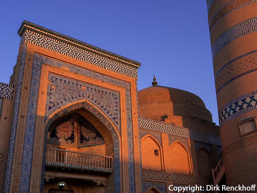 Minarett und Medrese Islam Khodja, Xiva, Usbekistan, Asien, UNESCO-Weltkulturerbe<br /> Minaret and Madrasa Islam Khodja, historic city Ichan Qala, Chiwa, Uzbekistan, Asia, UNESCO heritage site
