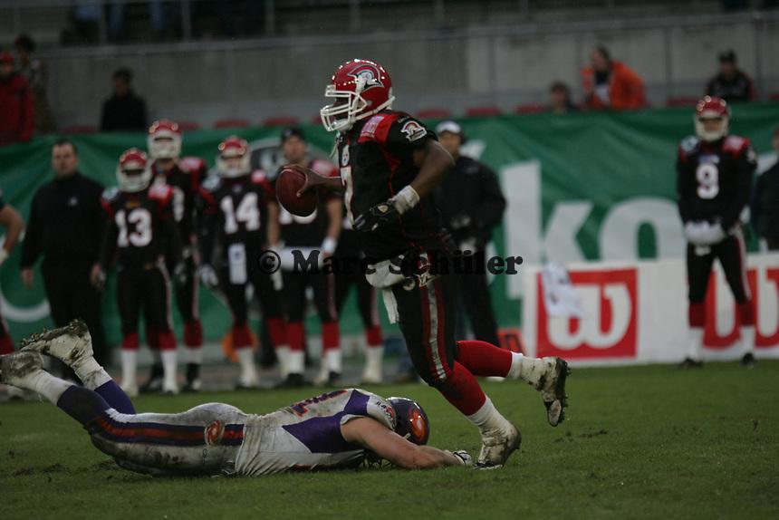 Shane Boyd (Quarterback Cologne Centurions) entkommt dem Tackle von Jerome Nichols (Defensive End Frankfurt Galaxy)