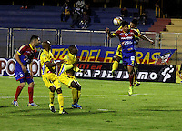 PASTO - COLOMBIA -29-10-2015: Daniel Briceño (Der.) jugador de Deportivo Pasto disputa el balón con Elvis Gonzalez  (Izq.) jugador de Atletico Huila,durante partido Deportivo Pasto y Atletico Huila,por la fecha 17 de la Liga Aguila II 2015, jugado en el estadio Libertad de la ciudad de Pasto.  / Daniel Briceño (R) player of Deportivo Pasto fights for the ball with Elvis Gonzalez (L) player of Atletico Huila,during a match Deportivo Pasto and Atletico Huila,for the date 17 of the Liga Aguila II 2015 at the Libertad stadium in Pasto city. Photo: VizzorImage. / Leonardo Castro / Cont.