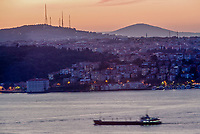 Europe/Turquie/Istanbul : Navigation fluviale sur le Bosphore à l'aube et rive orientale  // Europe / Turkey / Istanbul: River navigation on the Bosphorus at dawn and eastern shore