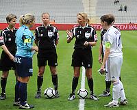 15 Mei 2010 Bekerfinale vrouwen : Sinaai Girls - RSC Anderlecht  : de scheidsrechters met Virginie Derouaux (links) ,  Claudine Brohet , Leen Martens en met Katrien Van Rooy (links) en Anneleen Segers.foto DAVID CATRY / Vrouwenteam.be