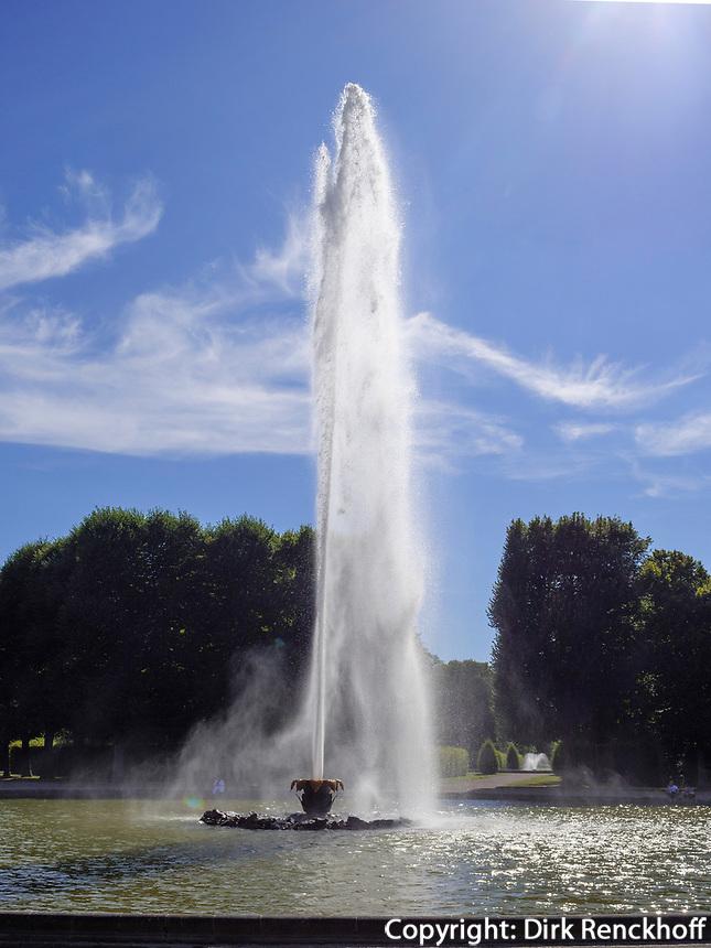 Große Fontäne in in Großer Garten der barocken Herrenhäuser Gärten, Hannover, Niedersachsen, Deutschland, Europa<br /> Grat Fountain in Great Garden of baroque Herrenhausen Gardens, Hanover, Lower Saxony, Germany, Europe