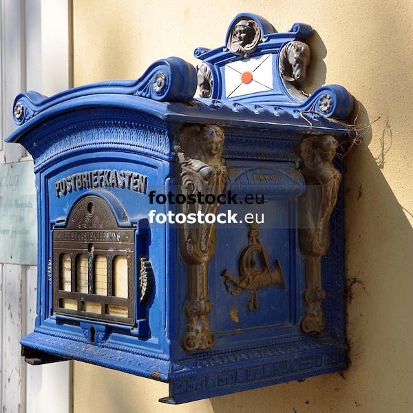 blauer antiker Postbriefkasten<br /> <br /> old blue postbox<br /> <br /> antiguo buzón azul