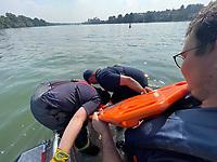 Maurice Eisenmann und Simon Stehle machen sich bereit den Dummy mit dem Spine-Board aus dem Rhein zu bergen - Ginsheim-Gustavsburg 18.09.2021: Bootsführerausbildung des Katastrophenschutz MTK