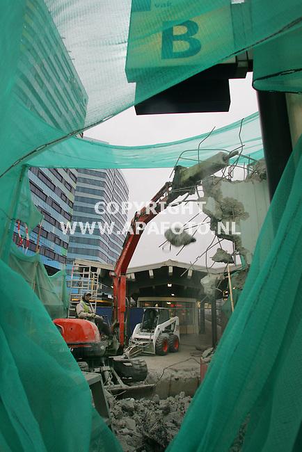 Arnhem, 201206<br /> Met grof geweld wordt door Bos BV uit Mijdrecht een liftschacht van het oude treinstation in Arnhem gesloopt. De bouw van een nieuwe futuristische terminal start in het najaar van 2007. Tot die tijd maken de reizigers gebruik van een tijdelijk station.<br /> Foto: Sjef Prins - APA Foto<br /> VRIJE AANLEVERING