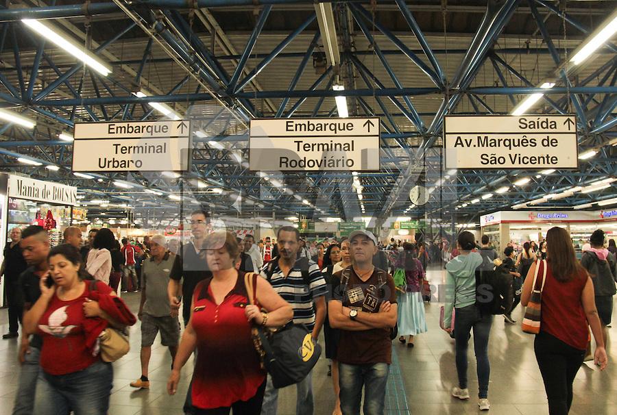 SAO PAULO, SP, 17.04.2015 - METRO / MOVIMENTAÇÃO - Movimentação de passageiros na Estação Barra Funda do Metro na região oeste de São Paulo, nesta sexta-feira, 17. (Foto: Marcio Ribeiro / Brazil Photo Press).