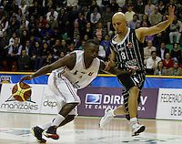 MANIZALEZ -COLOMBIA-19-04-2013. Franklin Forbes (i) de Once Caldas disputan el balón con Diego Quiroz (d) de Piratas durante partido de la fecha 1 fase II de la Liga DirecTV de baloncesto profesional colombiano 2013 disputado en la ciudad de Manizales./  Franklin Forbes (l) de Bucaros fight for the ball with Diego Quiroz (r) of Piratas during game of the first date phase II of DirecTV League of professional Basketball of Colombia 2013 at Manizales city. Photo: VizzorImage/JJ Bonilla/STR