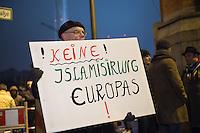 """Etwa 200 Anhaenger des Berliner Ablegers rechten Pegida-Bewegung, Baergida, versammelten sich am Montag den 5. Januar 2015 in Berlin zu einer Demonstration gegen eine angebliche Islamisierung Deutschlands und dagegen, dass """"in 30 Jahren in Deutschland die Sharia herrscht"""", so der Organisator Karl Schmitt.Bis zu 5.000 Menschen protestierten gegen den rechten Ausmarsch und blockierten bei Regen die Marschroute mehrere Stunden. Die Polizei schaffte es nicht mit koerperlicher Gewalt die Blockade zu beenden, so dass die Rechten nach drei Stunden nach Hause gehen mussten. Die Baergida-Anhaenger, """"Berlin gegen die Islamisierung des Abendlandes"""", feierten dies aber dennoch als Sieg. Waren zur ersten Baergida-Aktion eine Woche zuvor nur 5 Menschen gekommen.<br /> Unter den Anhaengern von Baergida waren viele bekannte militante Neonazis und Hooligans sowie Mitglieder der Rechtsparteien AfD und Pro Deutschland und der rechtsradikalen German Defense League. Immer wieder wurde skandiert """"Luegenpresse, auf die Fresse"""" und dass die Journalisten nach Israel verschwinden sollen.<br /> Im Bild: Ein Baergida-Anhaenger mit einem Schild """"!Keine! Islamisirung €uropas"""".<br /> 5.1.2015, Berlin<br /> Copyright: Christian-Ditsch.de<br /> [Inhaltsveraendernde Manipulation des Fotos nur nach ausdruecklicher Genehmigung des Fotografen. Vereinbarungen ueber Abtretung von Persoenlichkeitsrechten/Model Release der abgebildeten Person/Personen liegen nicht vor. NO MODEL RELEASE! Nur fuer Redaktionelle Zwecke. Don't publish without copyright Christian-Ditsch.de, Veroeffentlichung nur mit Fotografennennung, sowie gegen Honorar, MwSt. und Beleg. Konto: I N G - D i B a, IBAN DE58500105175400192269, BIC INGDDEFFXXX, Kontakt: post@christian-ditsch.de<br /> Bei der Bearbeitung der Dateiinformationen darf die Urheberkennzeichnung in den EXIF- und  IPTC-Daten nicht entfernt werden, diese sind in digitalen Medien nach §95c UrhG rechtlich geschuetzt. Der Urhebervermerk wird gemaess §13 UrhG verlangt.]"""