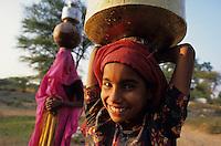 INDIA Rajasthan Tilonia, children and women catch drinking water from well / INDIEN Kinder und Frauen holen Trinkwasser vom Brunnen