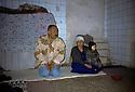 Irak 2000<br /> Une famille de déplacées dans l'ancienne garnison de l'armée irakienne à Erbil <br /> Iraq 2000<br /> Erbil: A displaced family in a former army camp in Erbil