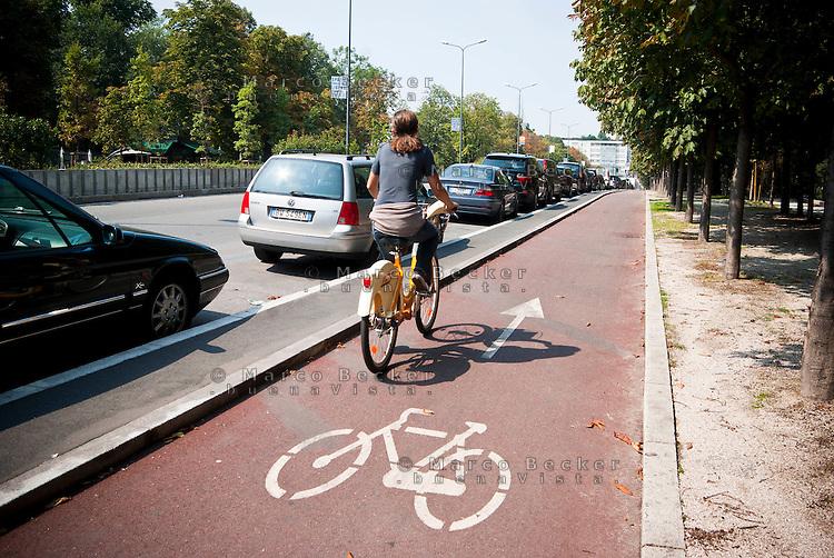 Milano, pista ciclabile lungo i Bastioni di Porta Venezia --- Milan, bicycle path along the bastions of Porta Venezia