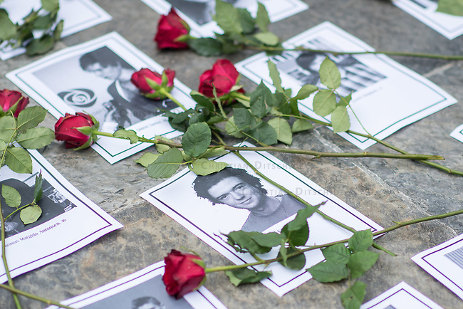 """Am Sonntag den 22. Juli 2018 fand in Berlin auf Initiative der Jugendorganisation """"Falken"""" vor der norwegischen Botschaft ein Gedenken an die Opfer des Massakers von Utoeya und Oslo statt. Der norwegische Rechtsextremist hatte am 22. Juli 2011 in Oslo mit einer Autobombe vor dem Parlament acht Menschen getoetet und anschliessen, als Polizist verkleidet, auf der Insel Utoeya 69 Jugendliche ermordet. Auf Utoeya fand ein Ferienlager der sozialistischen Jugendorganisation """"AUF"""" statt.<br /> Vor der Botschaft wurden Portraits der 77 Opfer ausgelegt.<br /> Im Bild: Menschen haben Rosen auf die Portraits gelegt.<br /> 22.7.2018, Berlin<br /> Copyright: Christian-Ditsch.de<br /> [Inhaltsveraendernde Manipulation des Fotos nur nach ausdruecklicher Genehmigung des Fotografen. Vereinbarungen ueber Abtretung von Persoenlichkeitsrechten/Model Release der abgebildeten Person/Personen liegen nicht vor. NO MODEL RELEASE! Nur fuer Redaktionelle Zwecke. Don't publish without copyright Christian-Ditsch.de, Veroeffentlichung nur mit Fotografennennung, sowie gegen Honorar, MwSt. und Beleg. Konto: I N G - D i B a, IBAN DE58500105175400192269, BIC INGDDEFFXXX, Kontakt: post@christian-ditsch.de<br /> Bei der Bearbeitung der Dateiinformationen darf die Urheberkennzeichnung in den EXIF- und  IPTC-Daten nicht entfernt werden, diese sind in digitalen Medien nach §95c UrhG rechtlich geschuetzt. Der Urhebervermerk wird gemaess §13 UrhG verlangt.]"""