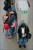 Pessoas usando telefone celular, estaçao da Luz, Sao Paulo. 2018. Foto de Juca Martins