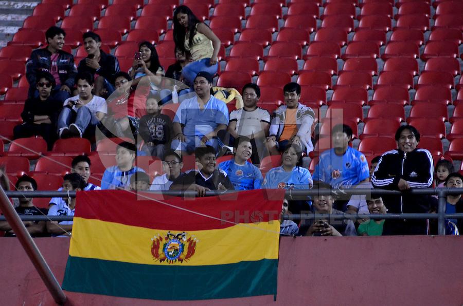 ATENÇÃO EDITOR: FOTO EMBARGADA PARA VEÍCULOS INTERNACIONAIS - SÃO PAULO, SP, 23 DE JANEIRO DE 2013 - PRÉ LIBERTADORES - SÃO PAULO x BOLIVAR: Torcedores do Bolivar antes de São Paulo x Bolivar, partida válida pela fase Pré Libertadores, disputada no estádio do Morumbi em São Paulo. FOTO: LEVI BIANCO - BRAZIL PHOTO PRESS.