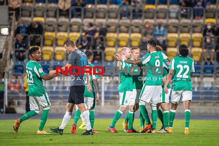 12.09.2020, Ernst-Abbe-Sportfeld, Jena, GER, DFB-Pokal, 1. Runde, FC Carl Zeiss Jena vs SV Werder Bremen<br /> <br /> <br /> Jubel Joshua Sargent (Werder Bremen #19) mit Davie Selke  (SV Werder Bremen #09) Tahith Chong (Werder Bremen #22) Davy Klaassen (Werder Bremen #30)<br /> <br /> <br />  <br /> <br /> <br /> Foto © nordphoto / Kokenge