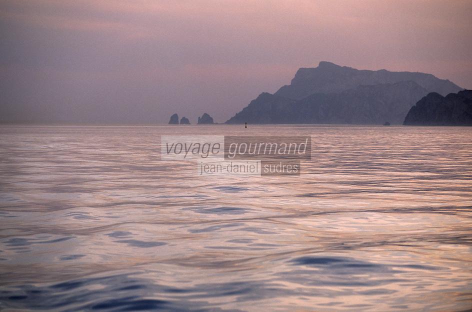 Europe/Italie/Côte Amalfitaine/Campagnie/Env de Positano : Soleil couchant sur la côte et Capri en fond