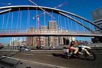 Milano/ Italia - settembre 2013<br /> Traffico automobilistico lungo Via Renato Serra nella zona Portello-Fiera.<br /> Nella foto il ponte pedonale che collega il Parco Urbano con l'area delle Residenze di lusso di Parco Vittoria.<br /> Foto Livio Senigalliesi