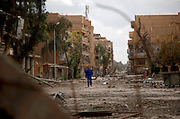 Syria, Deir az-Zor, 2013/03/18..Shara al-Am Street (Main street) in Deir az-Zor shows its deadly destroyed face after weeks of fierce battles between rebel and government forces..Syrie, Deir ez-Zor, 18/03/2013.La rue principale de Deir ez-Zor, Shara al-Am Street, montre son visage mortellement détruit après des semaines de combats acharnés entre les rebelles et les forces gouvernementales..Photo : Timo Vogt / Est&Ost Photography.