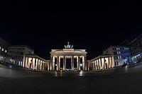 """Anlaesslich der Klimaschutzaktion """"Earth Hour"""" wurde am Samstag den 28. Maerz 2020 das Licht am Brandenburger Tor in Berlin fuer eine Stunde ausgeschaltet. Zu der seit 2007 jaehrlich stattfindenden Aktion """"Earth Hour"""" (""""Stunde der Erde"""") fuer Klima- und Umweltschutz wurden auch beruehmte Bauwerke wie der Koelner Dom, der Eiffelturm oder die Oper in Sydney in Dunkelheit gehuellt. Weltweit beteiligten sich nach Angaben der Umweltorganisation WWF mehr als 180 Laender auf allen Kontinenten an der Aktion.<br /> Aufgrund der Ausgangsbeschraenkungen wegen der Corona-Pandemie war der Platz vor dem Brandenburger Tor menschenleer.<br /> Im Bild: Das Brandenburger Tor wenige Minuten vor der Verdunkelung.<br /> 28.3.2020, Berlin<br /> Copyright: Christian-Ditsch.de<br /> [NUR FUER REDAKTIONELLE ZWECKE! Werbung nur auf Anfrage beim Fotografen. Inhaltsveraendernde Manipulation des Fotos nur nach ausdruecklicher Genehmigung des Fotografen. Vereinbarungen ueber Abtretung von Persoenlichkeitsrechten/Model Release der abgebildeten Person/Personen liegen nicht vor. NO MODEL RELEASE! Don't publish without copyright Christian-Ditsch.de, Veroeffentlichung nur mit Fotografennennung, sowie gegen Honorar, MwSt. und Beleg. Konto: I N G - D i B a, IBAN DE58500105175400192269, BIC INGDDEFFXXX, Kontakt: post@christian-ditsch.de<br /> Bei der Bearbeitung der Dateiinformationen darf die Urheberkennzeichnung in den EXIF- und  IPTC-Daten nicht entfernt werden, diese sind in digitalen Medien nach §95c UrhG rechtlich geschuetzt. Der Urhebervermerk wird gemaess §13 UrhG verlangt.]"""