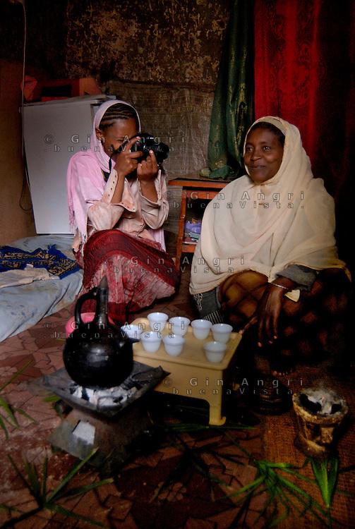 ethiopia, addis abeba, alcune ragazze, nel recente passato vittime di abuso sessuale, grazie all'aiuto dell'ong italiana Il Sole partecipano ad un corso di fotografia..Some girl, sexual abused, take part in a photographic workshop, thank to italian ngo Il Sole