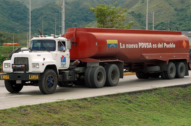 Tanklastzug in der Abfuellstation Yagua des staatlichen Erdoelkonzerns PDVSA.<br /> PDVSA geheort mit zu den weltweit groessten Lieferanten von Erdoel.<br /> Von der Abfuellstation wird Benzin, Diesel und Kerosin fuer den Inlandsbedarf verteilt.<br /> Nach dem missgluechten Erdoelstreik 2002/2003 wurde der Konzern dezantralisiert und in PDVSA-West und PDVSA-Ost aufgeteilt.<br /> 12.11.2004, Valencia / Venezuela<br /> Copyright: Christian-Ditsch.de<br /> [Inhaltsveraendernde Manipulation des Fotos nur nach ausdruecklicher Genehmigung des Fotografen. Vereinbarungen ueber Abtretung von Persoenlichkeitsrechten/Model Release der abgebildeten Person/Personen liegen nicht vor. NO MODEL RELEASE! Nur fuer Redaktionelle Zwecke. Don't publish without copyright Christian-Ditsch.de, Veroeffentlichung nur mit Fotografennennung, sowie gegen Honorar, MwSt. und Beleg. Konto: I N G - D i B a, IBAN DE58500105175400192269, BIC INGDDEFFXXX, Kontakt: post@christian-ditsch.de<br /> Bei der Bearbeitung der Dateiinformationen darf die Urheberkennzeichnung in den EXIF- und  IPTC-Daten nicht entfernt werden, diese sind in digitalen Medien nach §95c UrhG rechtlich geschuetzt. Der Urhebervermerk wird gemaess §13 UrhG verlangt.]