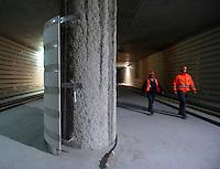 """Baustelle City-Tunnel / Citytunnel am Hauptbahnhof - Station Hauptbahnhof - Ausbau der Haltestelle - die Steinverkleidung an der Tunnelwand ist fast vollständig installiert - die Stützsäulen werden aus dem selben Material verkleidet - das erste Hinweisschild mit dem Verweis """"Ausgang zur City"""" hängt ebenfalls bereits - ebenfalls wurde mit dem Installieren von zwei 1,8 Tonnen schweren Trafo-Einheiten mit der Elektrifizierung der Station begonnen - im Bild: Blick auf die verkleidete Wand in der Gleisebene . Foto: aif / Norman Rembarz..Jegliche kommerzielle wie redaktionelle Nutzung ist honorar- und mehrwertsteuerpflichtig! Persönlichkeitsrechte sind zu wahren. Es wird keine Haftung übernommen bei Verletzung von Rechten Dritter. Autoren-Nennung gem. §13 UrhGes. wird verlangt. Weitergabe an Dritte nur nach  vorheriger Absprache. Online-Nutzung ist separat kostenpflichtig.."""