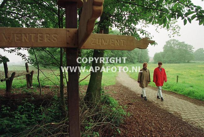 Vragender,21-05-99  Foto:Koos Groenewold (APA)<br /> 2 bestuursleden van het Vragenders Belang .