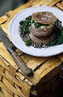 Europe/France/Midi-Pyrénées/12/Aveyron/Belcastel : Restaurant du Vieux Pont - Couennes de porc roulées à la morue ett aux lentilles relevées de câpres et cornichons