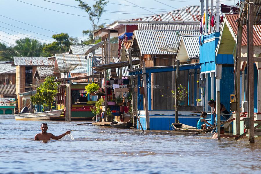 ville d'Anama. A l'époque du caoutchouc, les indiens furent expulsés de leurs forêts et forcés de s'installer ici sur le bord de la rivière. Lors de notre dernière croisière en mai, les rues de ville étaient inondées de plus d'un mètre d'eau. Les habitants caboclos ont l'habitude de vivre dans cette ville inondée plus de 3 mois dans l'année.