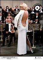 Prod DB © Gaumont International / DR<br /> LE RETOUR DU GRAND BLOND de Yves Robert 1974 FRA<br /> avec Mireille Darc<br /> sexy, dos nu, fesses, robe de Guy Laroche, orchestre