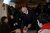 Nashua, New Hampshire.USA.January 26, 2004..General Wesley Clark campaigns for the presidency in a restaurant..