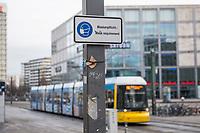 Auswirkungen der Corona-Krise.<br /> Im Bild: Ein Hinweisschild zum tragen von Schutzmasken auf dem Berliner Alexanderplatz.<br /> 20.1.2021, Berlin<br /> Copyright: Christian-Ditsch.de