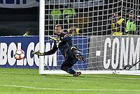 BOGOTA - COLOMBIA -08 -02-2017: Weverton, arquero de Paranaense, durante la serie de definición en el partido entre Millonarios de Colombia y Atletico Paranaense de Brasil, por la segunda fase, llave 1 de la Copa Conmebol Libertadores Bridgestone 2017 jugado en el estadio Nemesio Camacho El Campin, de la ciudad de Bogota. / Weverton, goalkeeper of Paranaense, during the definition by penalty series in a match between Millonarios of Colombia and Atletico Paranaense of Brasil, for the second phase, key1, of the Conmebol Copa Libertadores Bridgestone 2017 played at Nemesio Camacho El Campin in Bogota city. Photo: VizzorImage / Luis Ramirez / Staff.