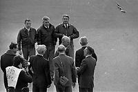 Le  1er vol d'essai du Concorde-<br /> Aérogare Blagnac ,Toulouse, France,<br />  2 mars 1969<br /> <br /> Aérogare Blagnac 1. 2 mars 1969. Vue d'ensemble en plongée de l'équipage du 1er vol du Concorde salué par les dirigeants de Sud Aviation et de la British Aircraft Corporation : devant André Turcat (directeur des essais en vol de Sud Aviation et pilote) serrant la main d'un homme, derrière de g. à d. Henri Perrier (pilote), Michel Rétif (mécanicien) et Jacques Guignard (pilote).