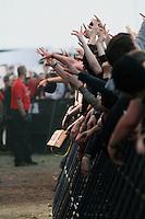 18. With Full Force .Das With Full Force (kurz WFF) ist ein Musikfestival für Metal, Hardcore und Punk. Jährlich findet es am ersten Juliwochenende auf dem Segelflugplatz Roitzschjora bei Löbnitz statt. 2010 waren es  um die  30.000 Besucher. Impressionen des ersten Festivaltags mit zum Beispiel Bring Me The Horizon, Agnostic Front, Bullet for My Valentine und Millencolin. .Im Bild: Impressionen aus der ersten Reihe, während die US-amerikanische Hardcore-Punk -Band Agnostic Front spielt..Foto: Karoline Maria Keybe