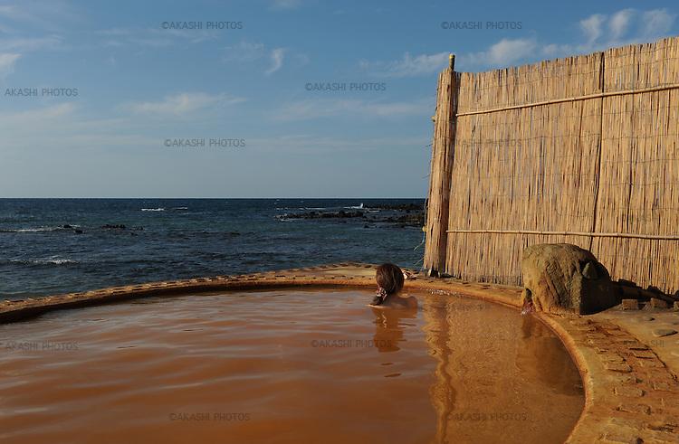 Koganezaki Furoufushi Onsen, hot spring, next to the ocean.<br /> <br /> Koganezaki Furoufushi Onsen, source thermale, au bord de l'océan.Japon