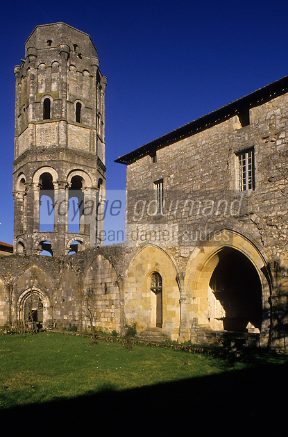Europe/France/Poitou-Charentes/86/Vienne/Charroux: La Tour lanterne et le cloitre de l'Abbaye Saint-Sauveur