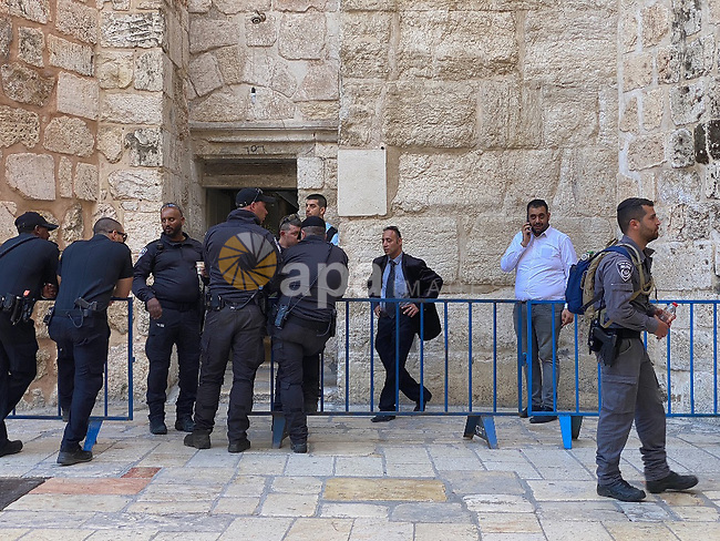 Israeli forces gather around Church of the Holy Sepulchre during the ceremony of the Holy Fire, in the Old City of Jerusalem on May 01, 2021. Photo by Afif Amira\WAFA