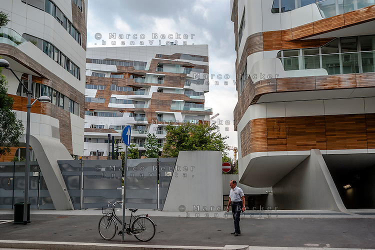 Milano, quartiere CityLife. Una guardia giurata alle residenze Hadid --- Milan, CityLife district. A security guard at the Hadid Residences