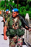 TIRO / SUD LIBANO - 2 SETTEMBRE 2006.MISSIONE UNIFIL..FANTI DI MARINA DEL CONTINGENTE ITALIANO PATTUGLIANO IL LITORALE LIBANESE DOPO LO SBARCO..FOTO LIVIO SENIGALLIESI..TYRE / SOUTH LEBANON - 2006.ITALIAN BLU HELMETS OF UNIFIL MISSION IN SOUTH LEBANON PATROLLING THE STREETS..PHOTO LIVIO SENIGALLIESI