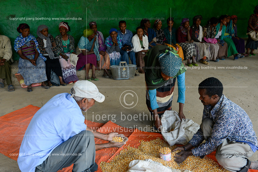 ETHIOPIA Taza Catholic Health Center , Kambata women receive maize seeds / AETHIOPIEN Taza Catholic Health Center, Kambata Frauen, Verteilung von Saatgut