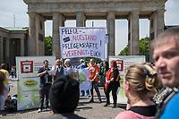 """Pflege in Bewegung - Bundesweite Gefaehrdungsanzeige.<br /> Am Freitag den 12. Mai fand in Berlin zum """"Internationaler Tag der Pflege"""" die Abschlussveranstaltung der Aktionskampagne """"bundesweite Gefaehrdungsanzeige"""" am Brandenburger Tor statt.<br /> Neben Redebeitraegen von Politik gab es es Statements von Initiatoren der Kampagne und Aktivisten der Pflegeszene, sowie Politiker der Linkspartei, der SPD und der Gruenen. Erstmals wurde das Strategiepapier """"Zukunft(s)Pflege"""" oeffentlich vorgestellt.<br /> Im Anschlus wurden ueber 8.500 Unterschriften im Bundesgesundheitsministerium uebergeben.<br /> 12.5.2017, Berlin<br /> Copyright: Christian-Ditsch.de<br /> [Inhaltsveraendernde Manipulation des Fotos nur nach ausdruecklicher Genehmigung des Fotografen. Vereinbarungen ueber Abtretung von Persoenlichkeitsrechten/Model Release der abgebildeten Person/Personen liegen nicht vor. NO MODEL RELEASE! Nur fuer Redaktionelle Zwecke. Don't publish without copyright Christian-Ditsch.de, Veroeffentlichung nur mit Fotografennennung, sowie gegen Honorar, MwSt. und Beleg. Konto: I N G - D i B a, IBAN DE58500105175400192269, BIC INGDDEFFXXX, Kontakt: post@christian-ditsch.de<br /> Bei der Bearbeitung der Dateiinformationen darf die Urheberkennzeichnung in den EXIF- und  IPTC-Daten nicht entfernt werden, diese sind in digitalen Medien nach §95c UrhG rechtlich geschuetzt. Der Urhebervermerk wird gemaess §13 UrhG verlangt.]"""
