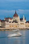 HUN, Ungarn, Budapest, Blick ueber Donau zum Parlament im letzten Abendlicht, Ausflugsschiff, UNESCO Weltkulturerbe | HUN, Hungary, Budapest, view across Danube towards Parliament, UNESCO World Heritage, last daylight