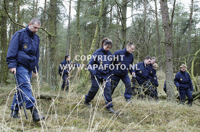 Rheden, 210103<br />De politie kamt de Posbank af op zoek naar sporen van een verdwenen trimmer.<br />Foto: Sjef Prins - APA Foto